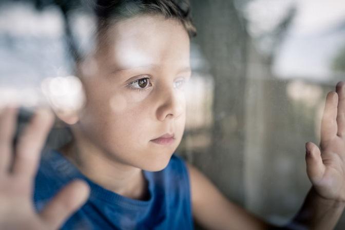 smutny chłopiec