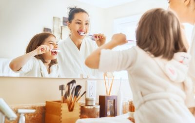 mama i córka myją zęby